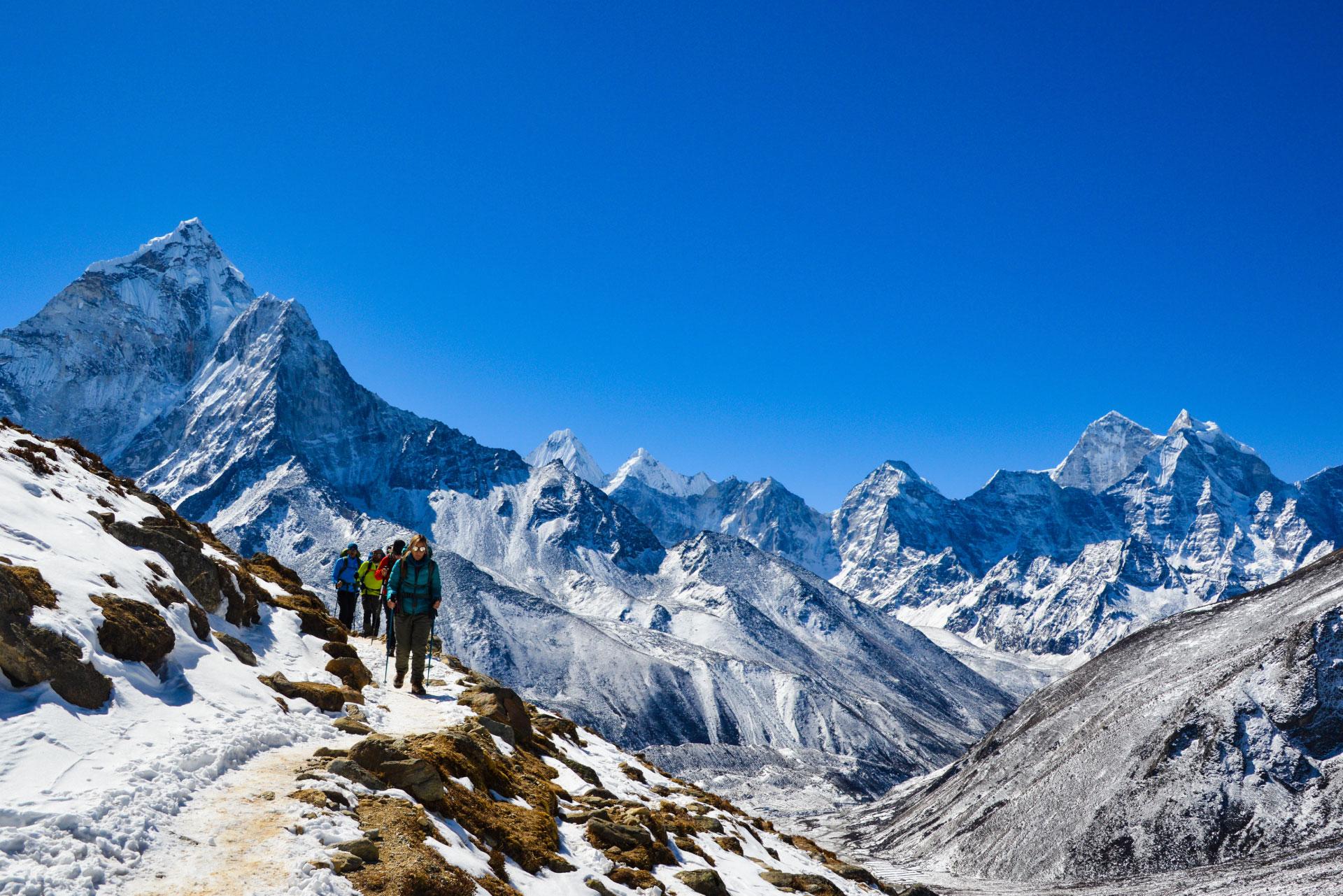 Personas en el Everest - viaje de altura
