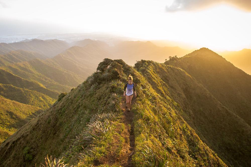 Persona caminando en colina - Huella Ecológica