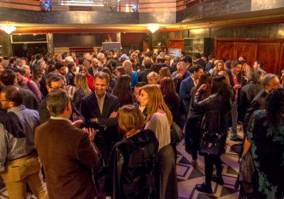 Grupo de gente - lobby teatro