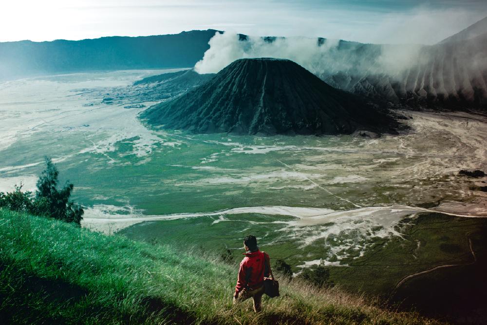 Viajero frente a montaña - asistencia medica viajes