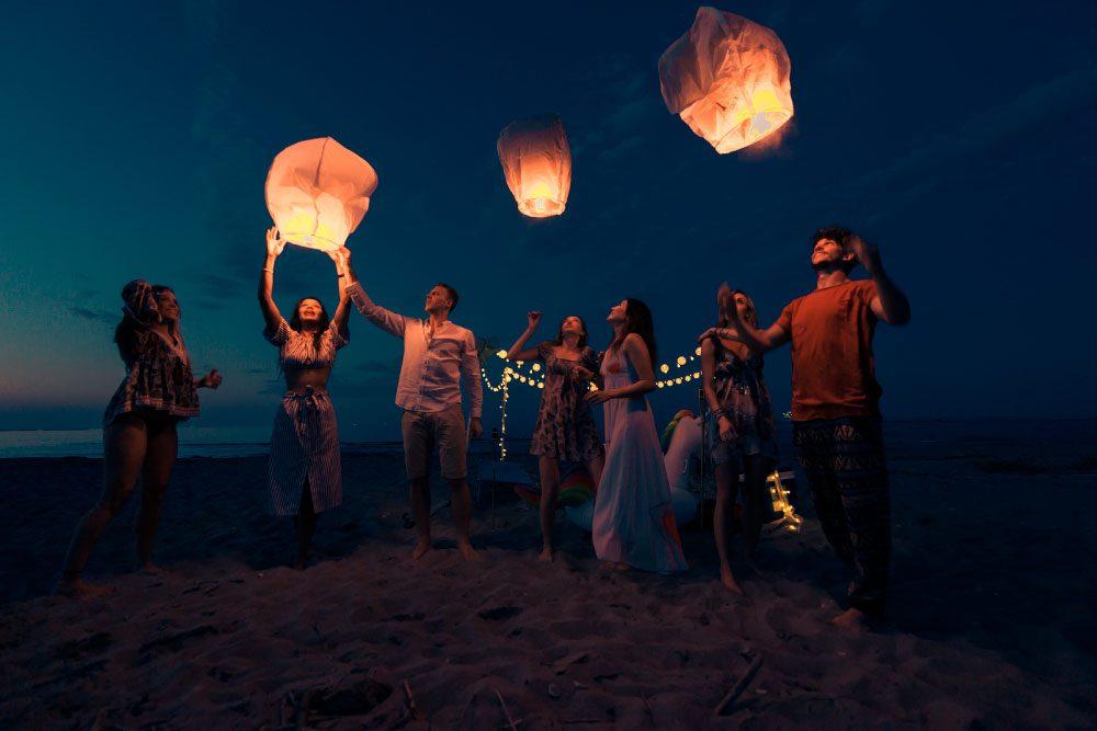 Personas en la playa celebrando fin de año