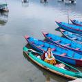 persona en bote, destinoriente, nepal
